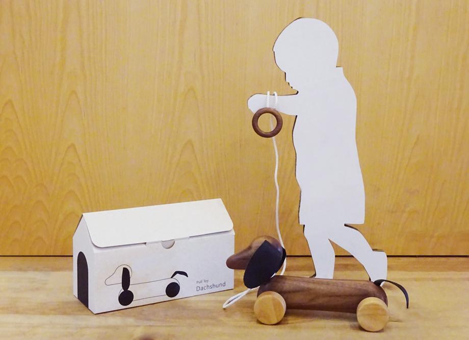 【出産祝いにおすすめ】木製プルトイ ダックスフンド~赤ちゃんに安全な日本製の木のおもちゃ~【名入れ可能】