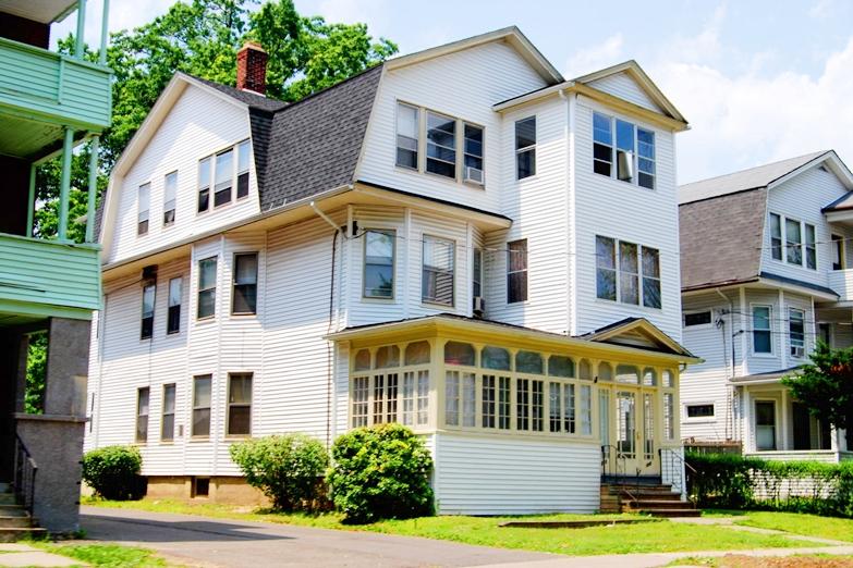 引っ越しの通知なのに新築の新居写真が入っている場合の対応、どうする?
